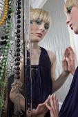 Постер, плакат: Зеркальное отражение довольно девушка носить макияж глаз и помады