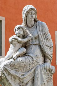 picture of vicenza  - Statue of the Madonna and Child outside the Cathedral of Vicenza - JPG
