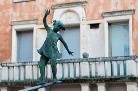picture of vicenza  - Detail of the fountain in Contr - JPG
