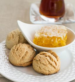 picture of shortbread  - Traditional round shortbread biscuits with honey - JPG