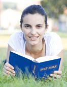 Постер, плакат: Чтение книги