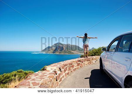 Постер, плакат: беззаботный турист стоит на chapmans пик диск с оружием протянутой в позе девушка свободы с арендной платы
