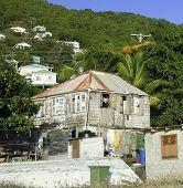 Постер, плакат: Старый Clapboard Карибском стиле деревянный дом цинка металлической крышей обдувают Сент Винсент и Гренадины город