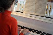 Постер, плакат: женщина играть на фортепиано