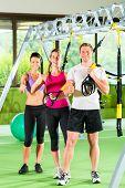 Постер, плакат: Gruppe фон люди trainieren mit Schlingentrainer Одер подвеска тренер в Fitnessstudio