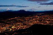 Постер, плакат: Кито ночью с горы Котопахи