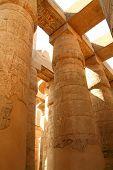 Постер, плакат: Навязывание столбцов в храм Амон Re Карнак Луксор Египет