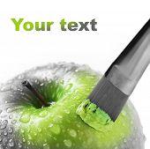 Постер, плакат: ярко зеленое яблоко на белом