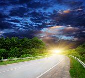 Постер, плакат: Пустой дороге с пасмурное небо и солнечного света