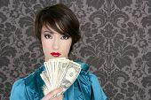 Постер, плакат: Мода доллар богатой женщиной со многими отмечает в руке ретро обои