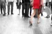 Постер, плакат: Занят большой город улица Женщина в красном среди черно белые