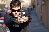 Постер, плакат: Агент направленных с пушкой посреди улицы