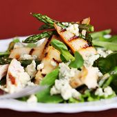 Salad mix with pears, grilled asparagus and blue cheese